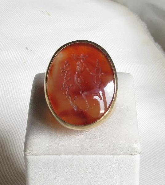 "Luanap Italy Roma Ring gold 18 Kt, size about 8.7 , whit engraved cornelian ""Diana huntress"""