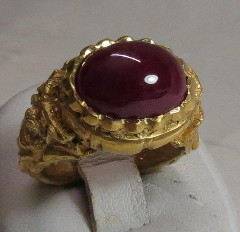 Luanap Italy Roma Hand made ring gold 22 Kt, 29 gr whit UNTRATED cabouchon Ruby burma Mong shù 12.5 kt